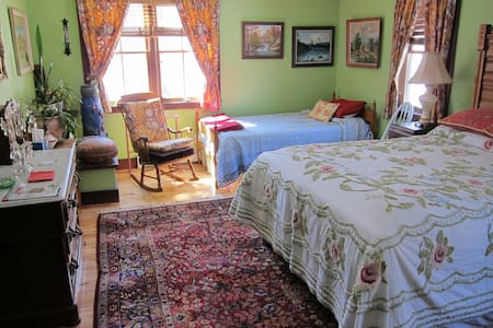 Clarendon Springs B&B, 1 Medium Room, 1-4 Guests - West Rutland - Гестхаус