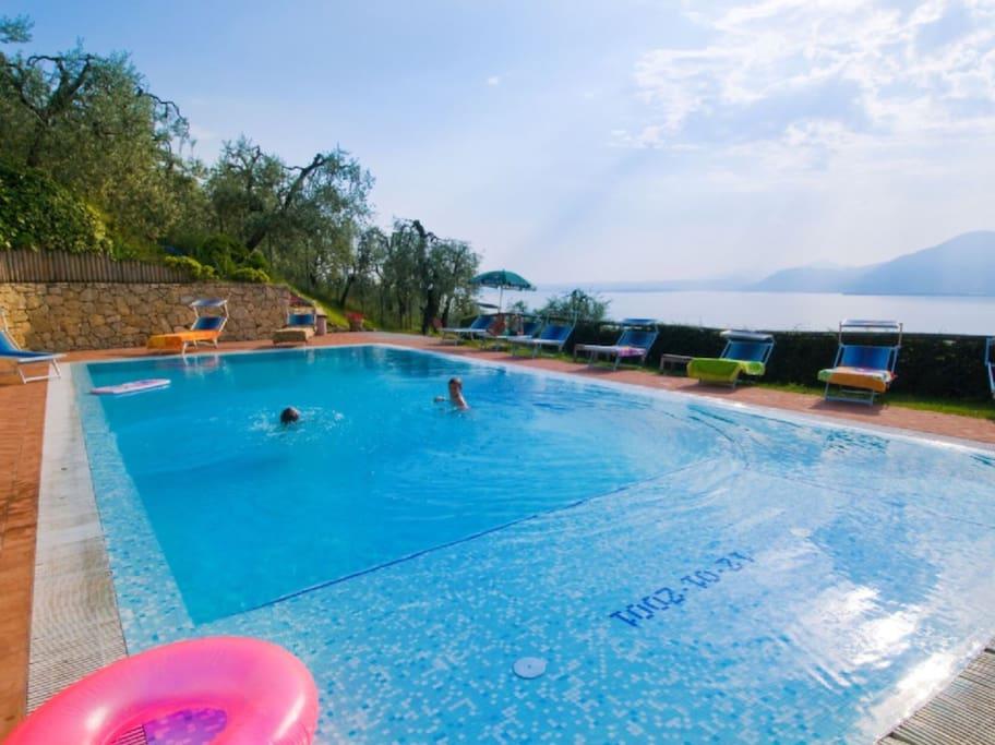 La grande piscina ,  ad uso di tutta casa . Bellissima vista lago.