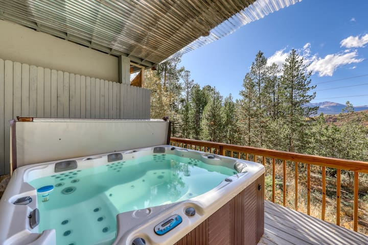 Comfortable house w/private hot tub, fireplace, entertainmen