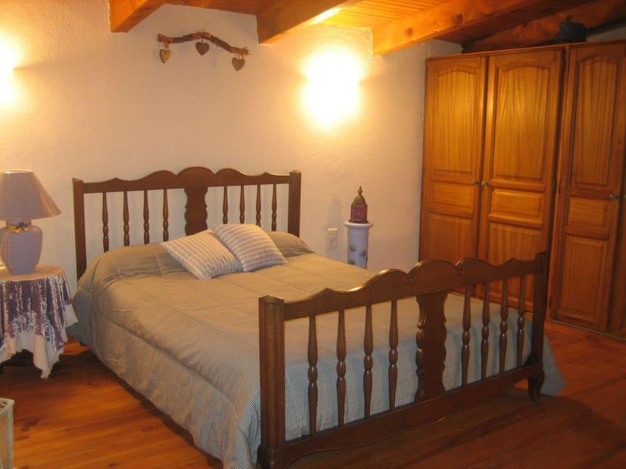 Chambre mansardée à l'étage, vaste, spacieuse, grands placards - (formule location /4 pers) 2ème chambre