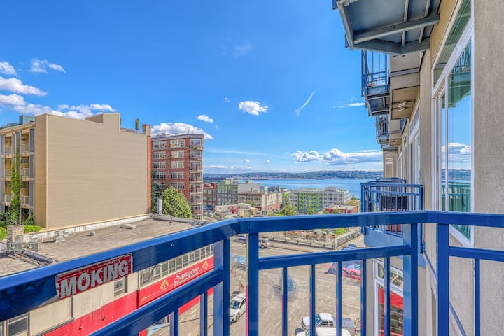 Corner view suite, walk to space needle, shared hot tub & pool!