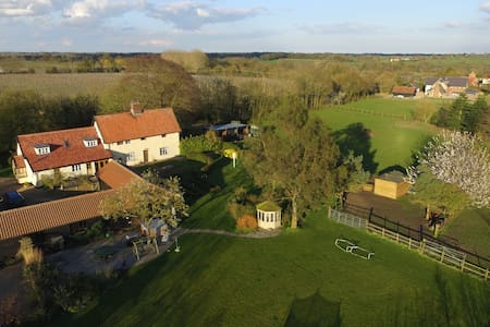 Luxury Grade II Listed Barn with Hot Tub - Braiseworth