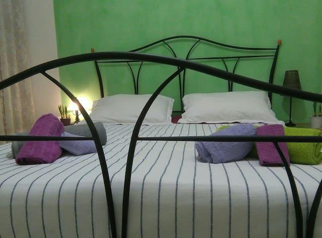 Luminosa stanza con balcone