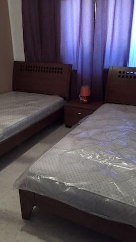 2 lits assez grands largeurs 120 chacun. Matelas a ressort neufs