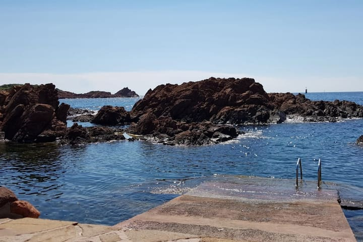 BEAUTIFUL HOLIDAY HOME FEET IN THE WATER, IN ST RAPHAEL, FOR 6 PEOPLE