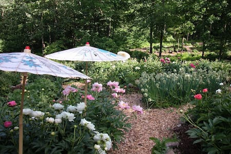 Serene Litchfield County Peony Farm - Thomaston - House