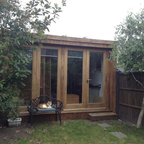 Garden Cabin, ensuite ('Bijou Cabin')