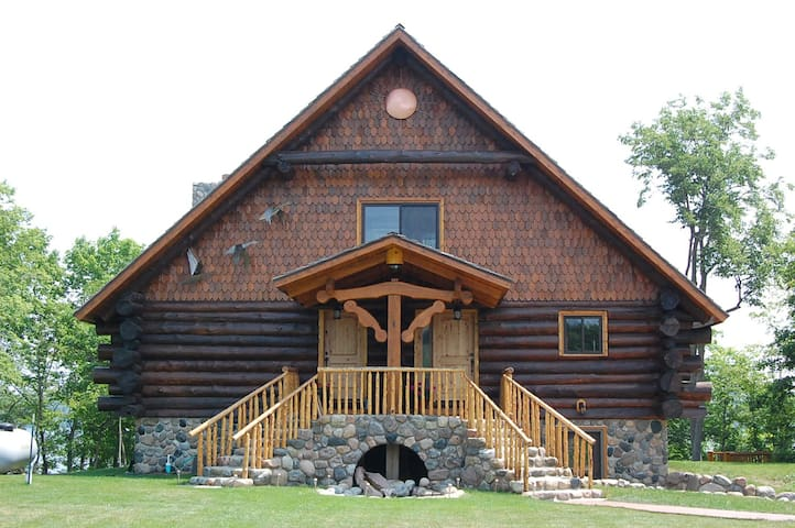 Beautiful  Log cabin on Loon Lake