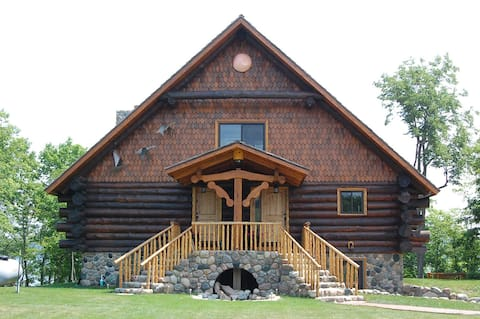 Beautiful  Log cabin on Loon Lake