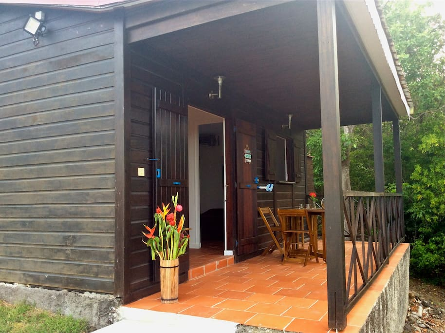 Situé derrière la maison des propriétaires, le bungalow est totalement indépendant. Il est bordé par la forêt domaniale.