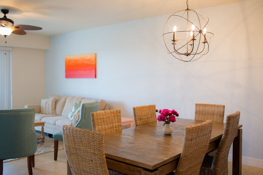 Spacious living area with 6 person table and 3 barstools