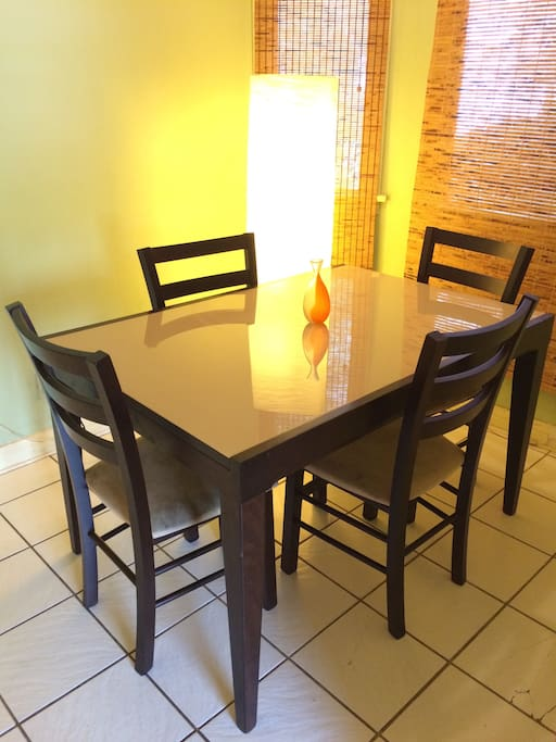 Dining nook w/expandable table