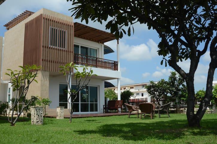 4 Bedroom Beachfront Villa - Cha-am - Villa