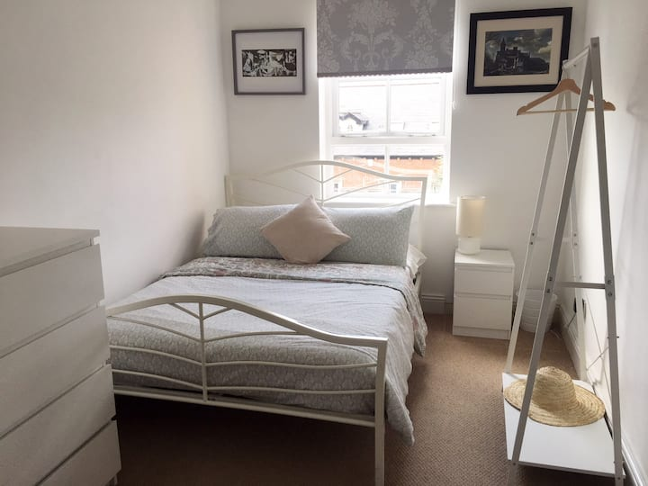 Lovely double room in Belfast with private parking