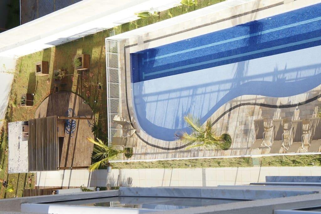 Vista da varanda e piscina.
