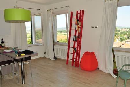 Modern Loft with Amazing Views - Bettolle - Huoneisto