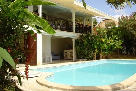 Bas de villa sur grande piscine - Casa