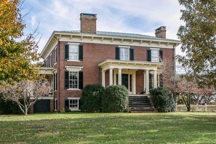 Southern Estate Hospitality - The Pool House