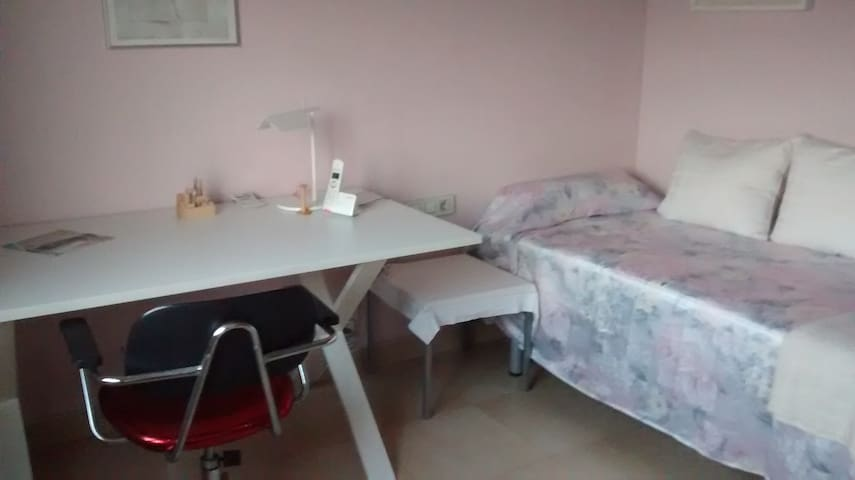 Double room, near Bellaterra University, sunny - Ripollet