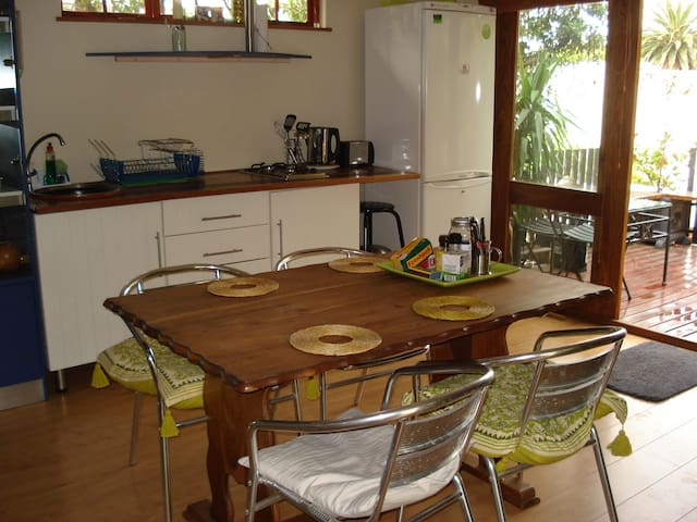 Spacious studio with sunny deck in Tamboerskloof