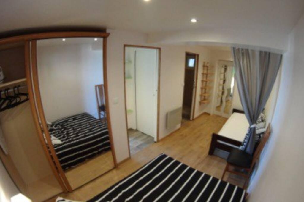 Coin nuit: un lit double, un lit gigogne , une grande armoire et l'accès à la salle de bain