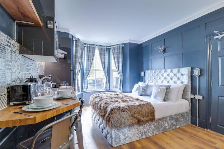 ✰ Plush Studio Apartment w/ Lounge, Walk to Pier ✰