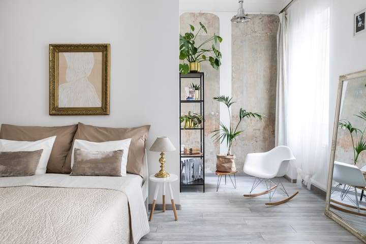 STYLISH APARTMENT IN THE HEART OF THE CENTER A/C