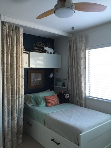 """Comfortable twin bed in a """"nook"""" (for single guests)"""