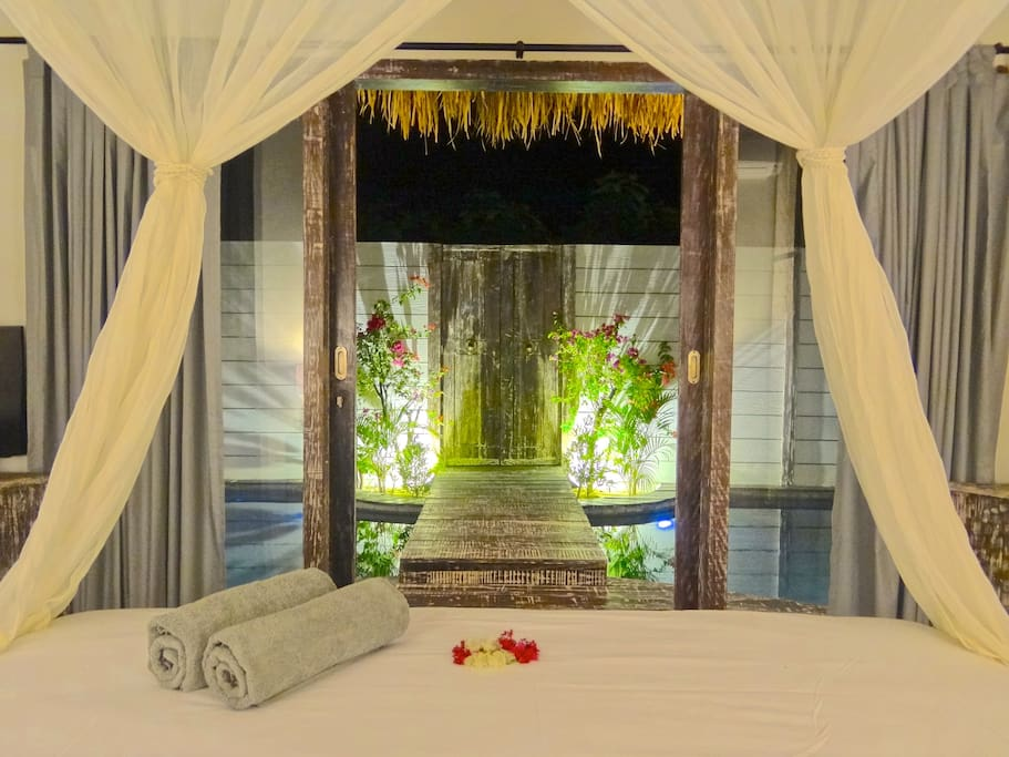 Atoll Haven Villa by night - Bedroom - Pool view