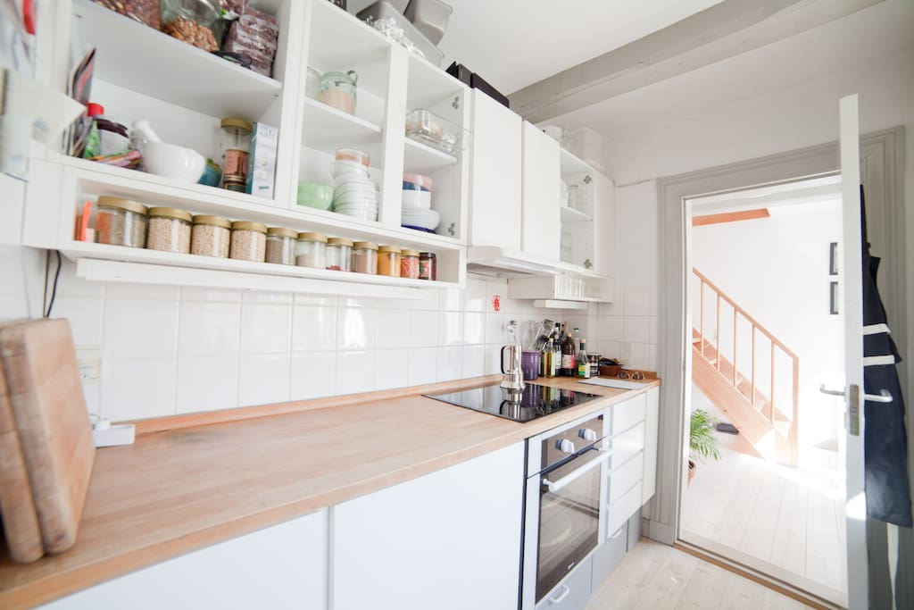 On the 3rd floor is a view to the kitchen, facing away from the street. All modern appliances are fitted, and make for an easy stay as you cook for yourself or others.