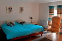 Chambre bleue avec 4 lits 90