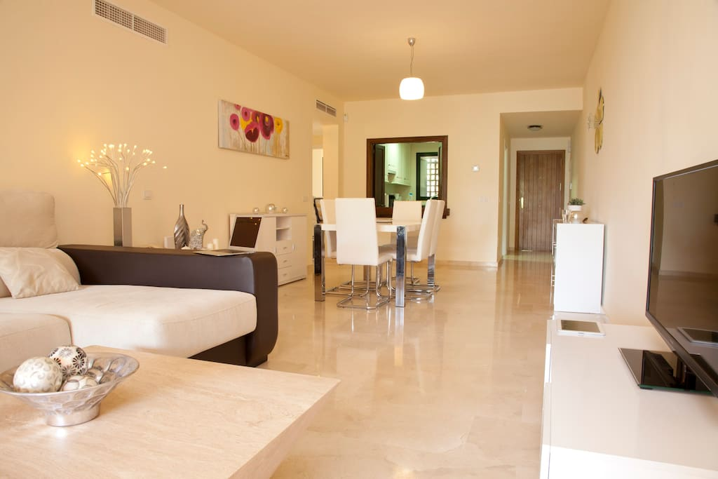 Spacious 130m2 surface for this marble-floored luxury apartment. 40' HD TV with English & Spanish TV