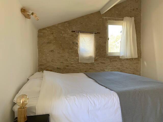 Chambre Margaux, avec le charme des murs en pierre, salle de bain attenante