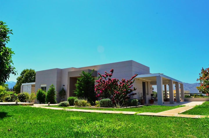 Luxury Villa with Pool, Close to Heraklion