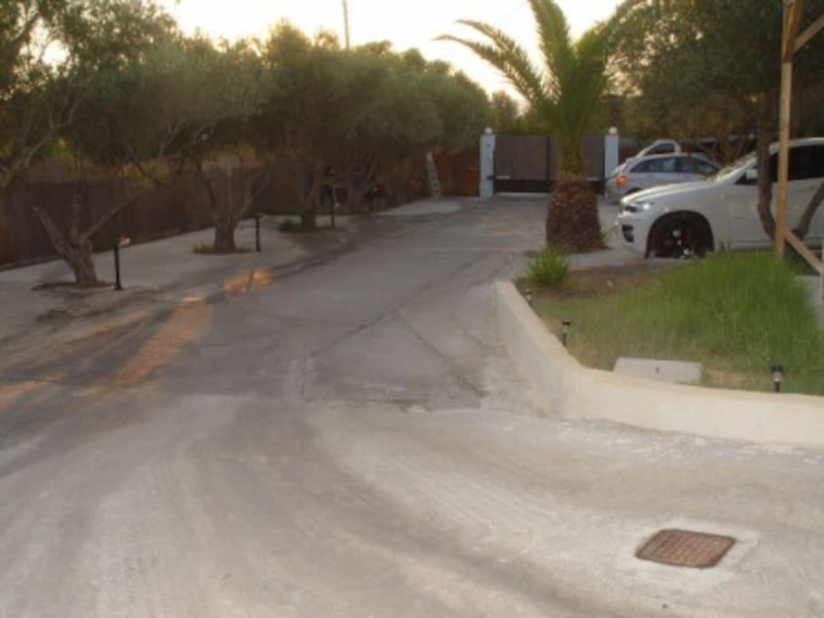 Η είσοδος και τα πάρκιν