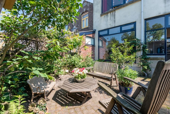 A very cosy city garden on the west side with enough shadow, but also sun from noon onwards, to enjoy meals outside and relax.