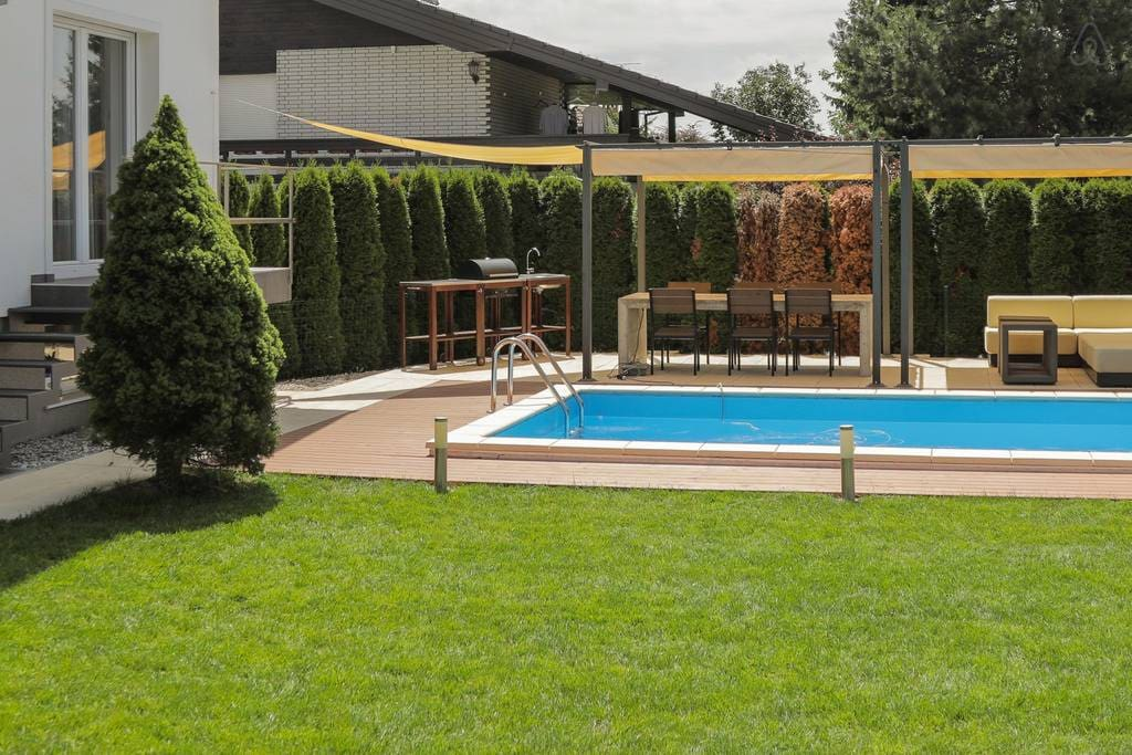 POOL, BBQ, 3 bedrooms, ... lovely inside and outside
