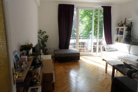 Unsere ganze Wohnung mit 2 Doppelbetten Küche& Bad, da wir  Unterwegs sind. Nähe der schönen Osterstraße.  Schanze & Kiez sind schnell zu erreichen! Direkt gegenüber ist ein Park (Unnapark) Bushaltestelle vor der Tür, U-Bahn Osterstrasse 2Min.