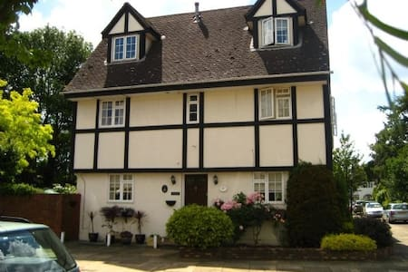 Mulberry, Walton on Thames detached house. - Hersham - 住宿加早餐