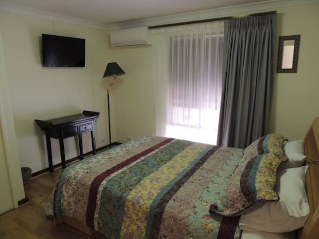 Grainger BnB -Pool Room & Breakfast - Mount Claremont