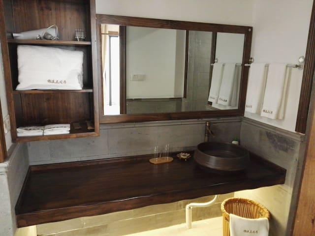 宽敞整洁的洗漱台