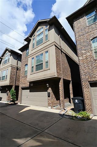 Spacious 3-Story Home: Galleria/West U/Medical Ctr