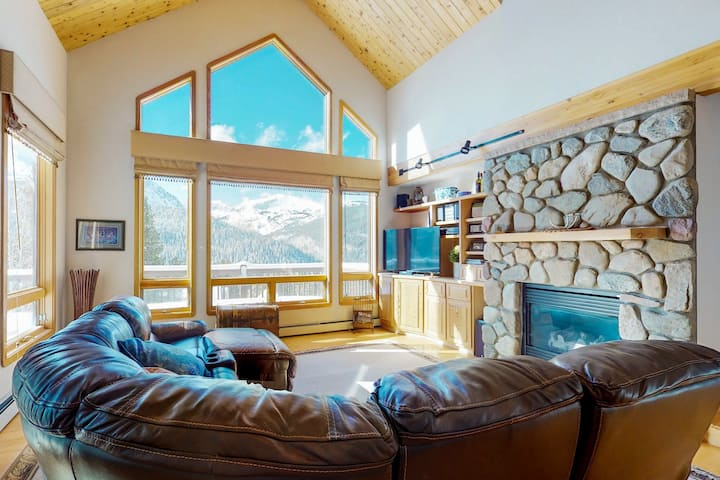 Large mountainside cabin w/private deck, mountain views & gas grill