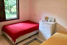 Quarto com duas camas de casais! Cômoda e armário aberto