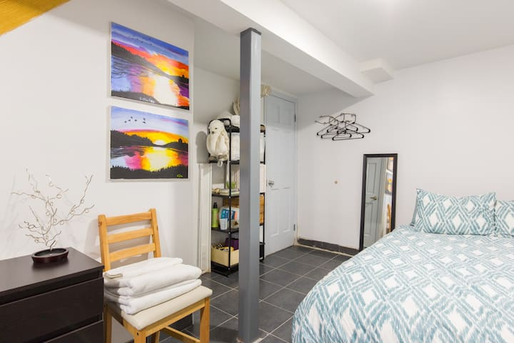 Large Room with Private Entrance Easy commute