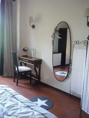 Tavolino e specchio della camera matrimoniale