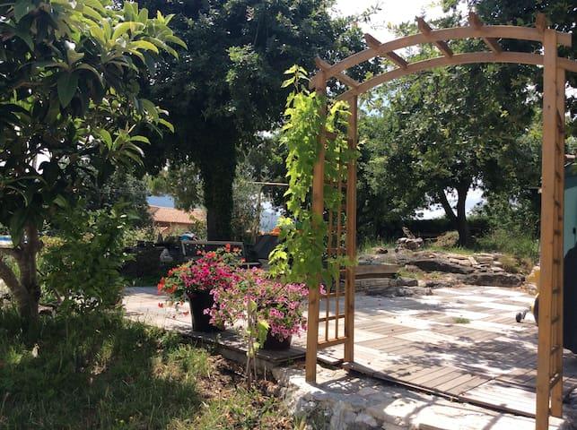 Rez-de-jardin dans villa au calme. - Châteauneuf-Villevieille - Pis