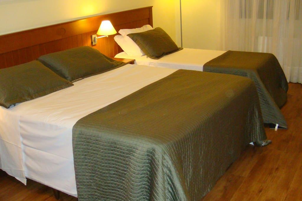 Cama casal king e cama solteiro + cama auxiliar
