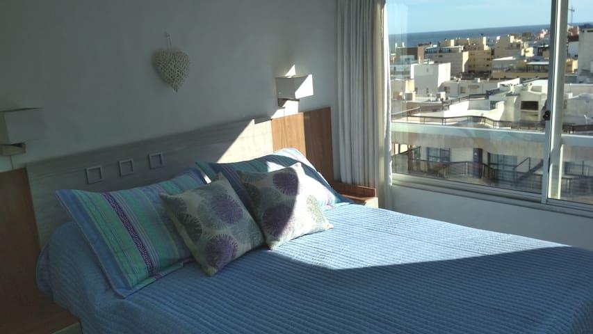 Dormitorio con amplio placard, TV Led y sommier de dos plazas