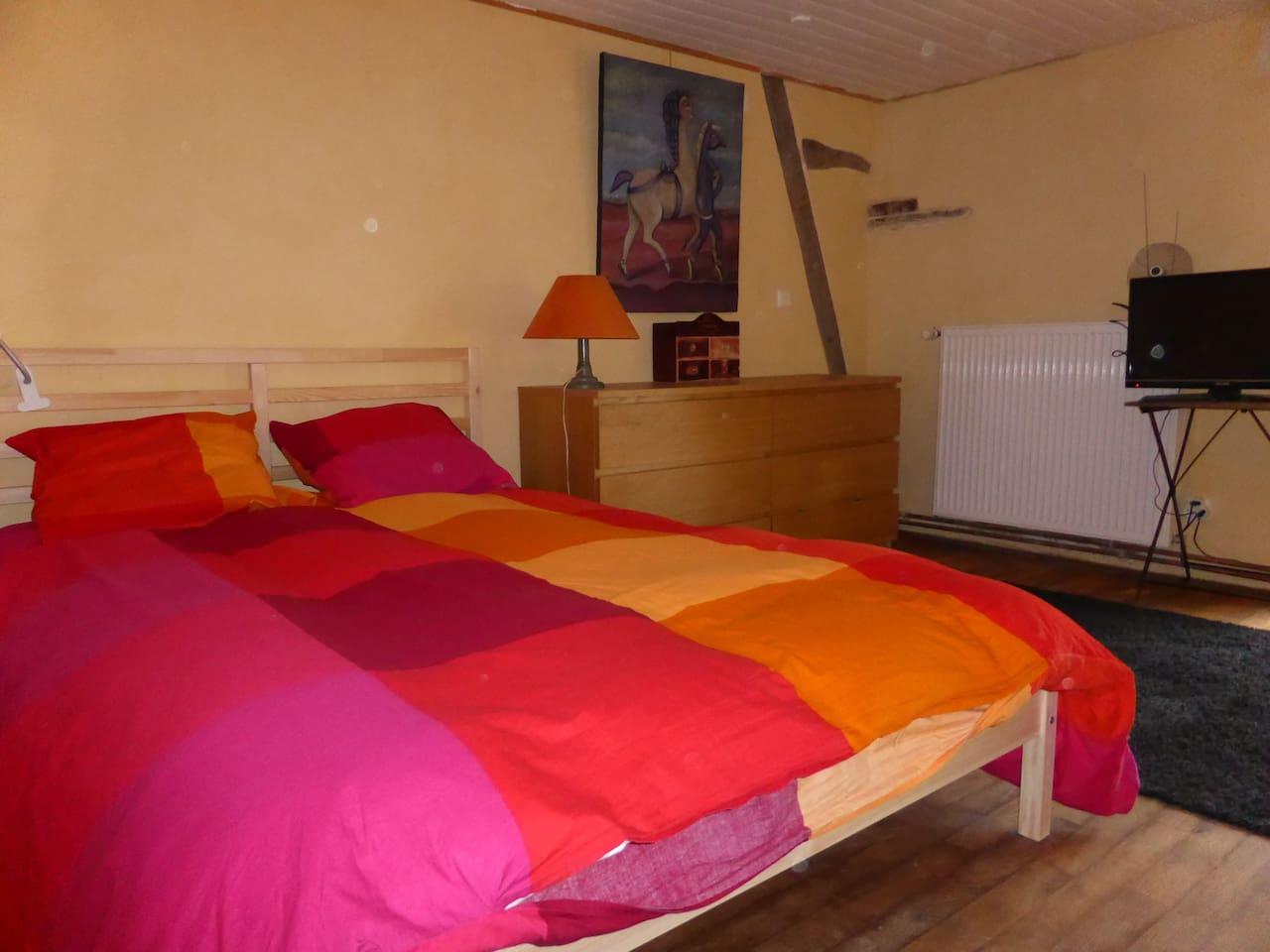 Chambre du milieu     et son grand lit